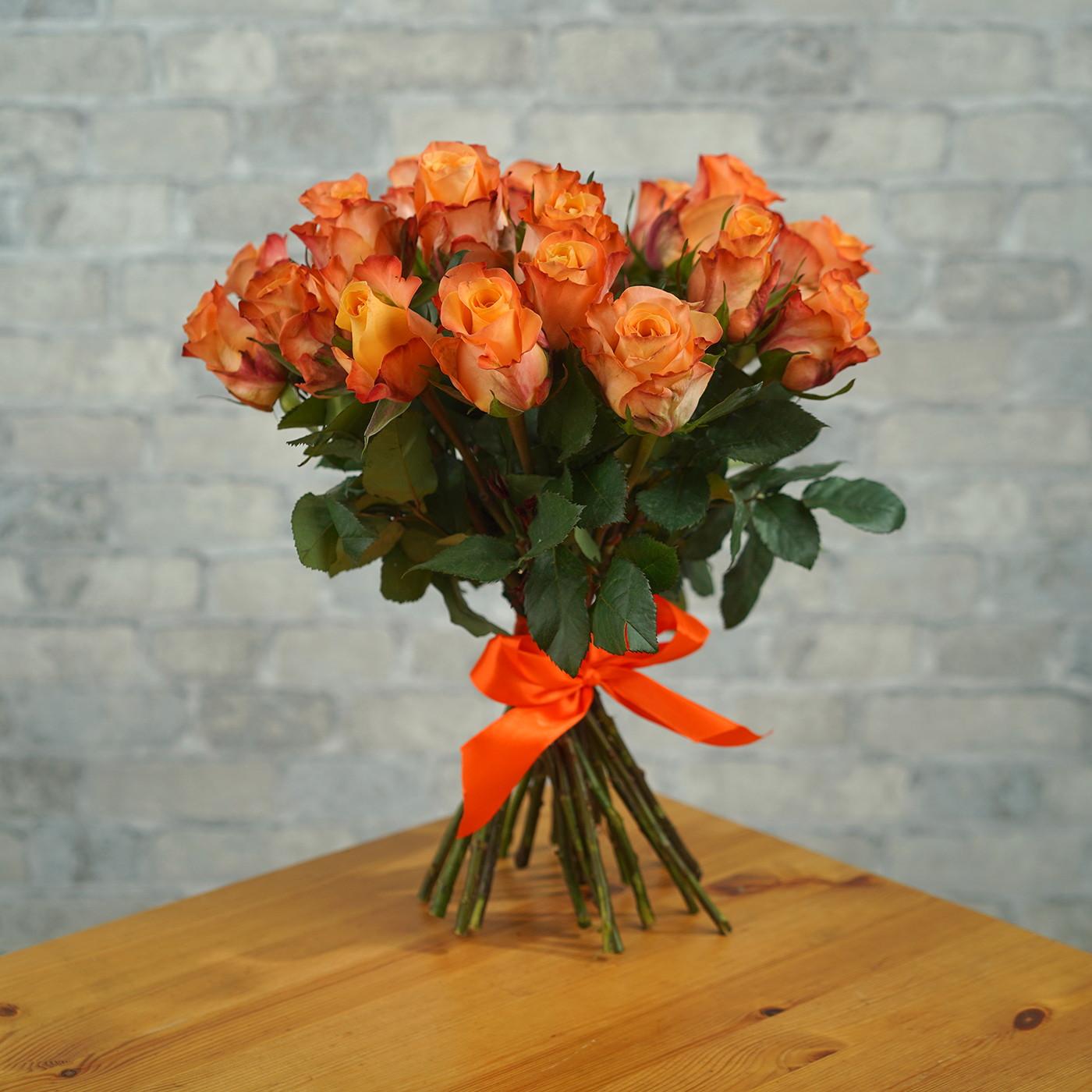 Букет из 21 оранжевой розы «Мэджик»