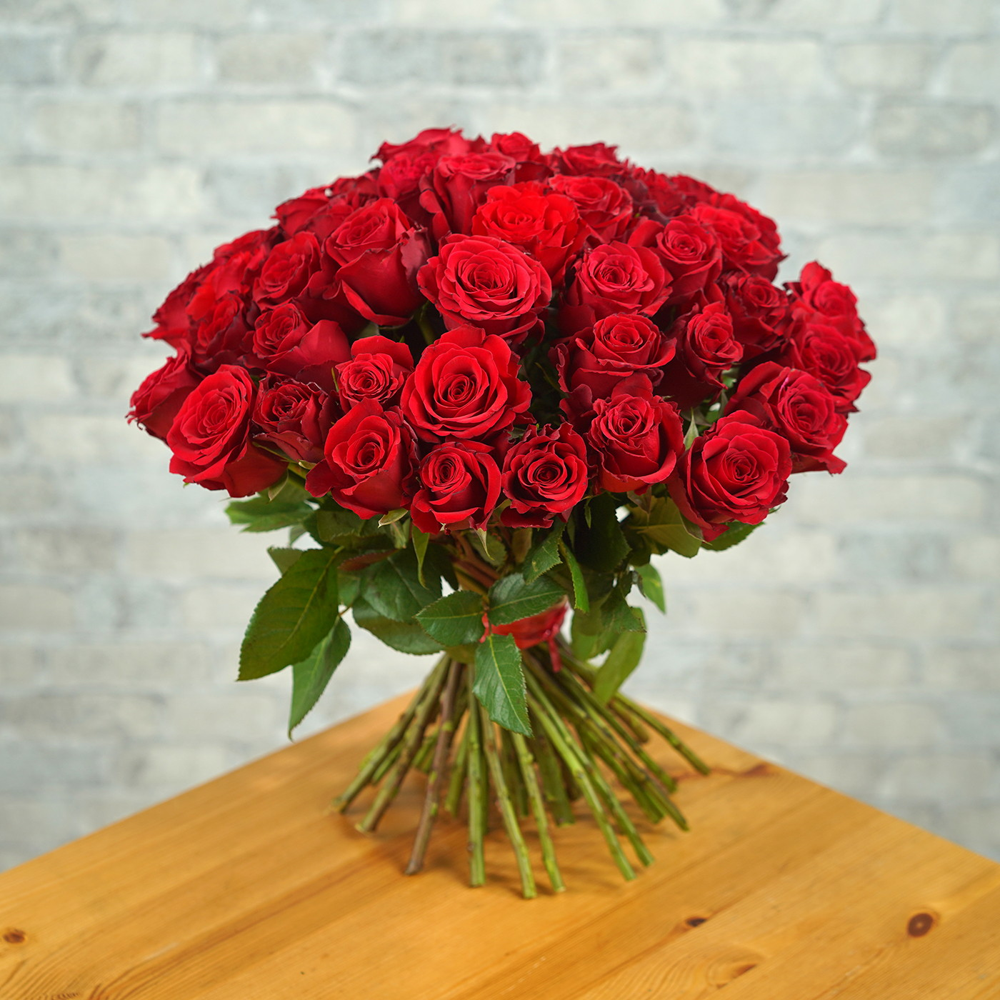 Букет из 51 алой розы «Рубин»