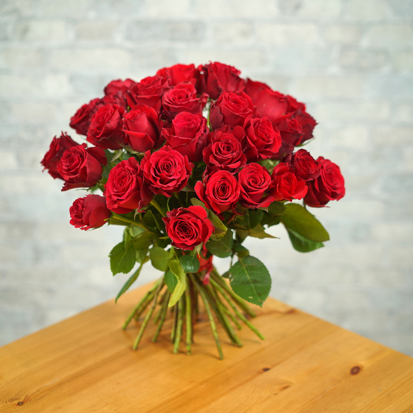 Букет из 35 алых роз «Рубин»