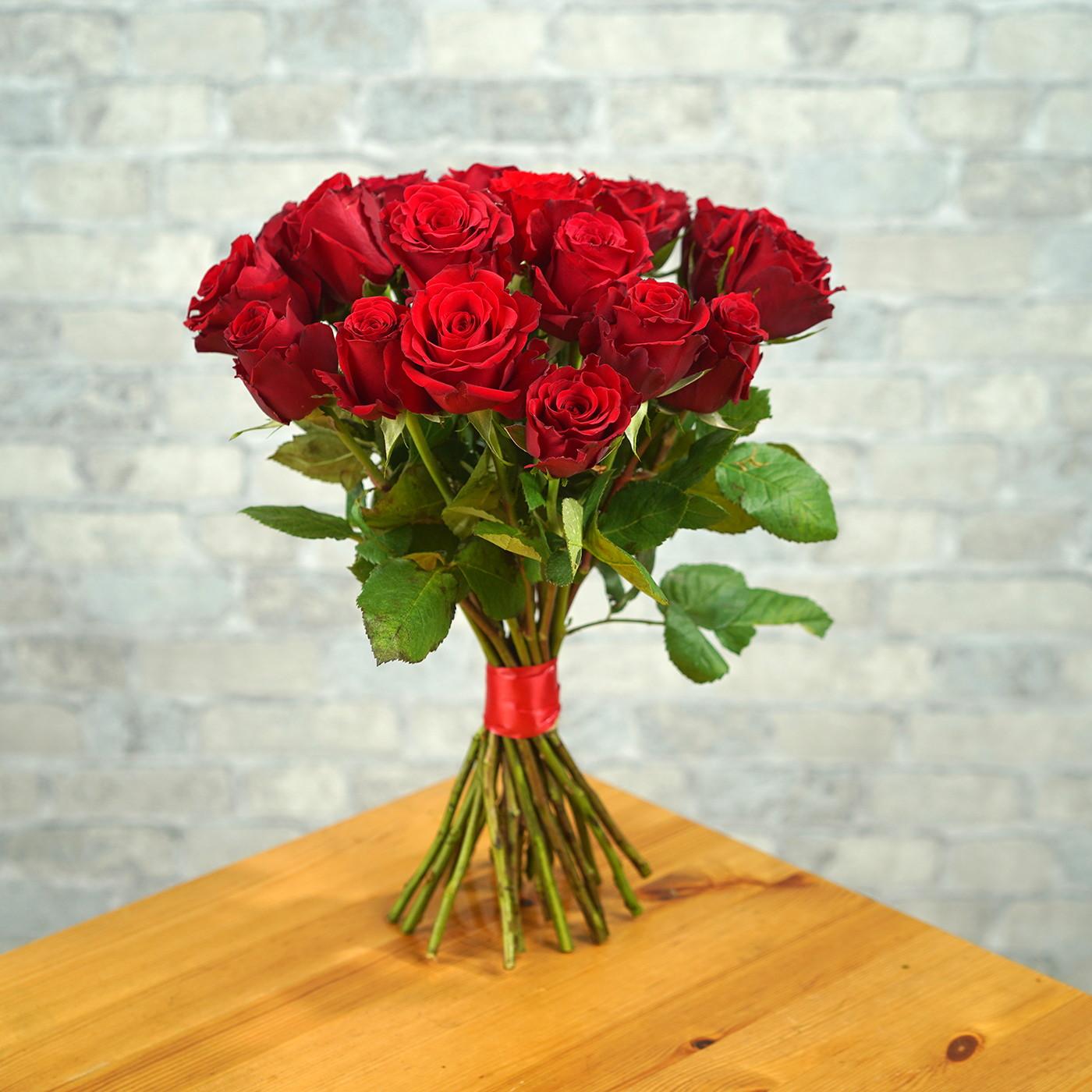 Букет из 21 алой розы «Рубин»