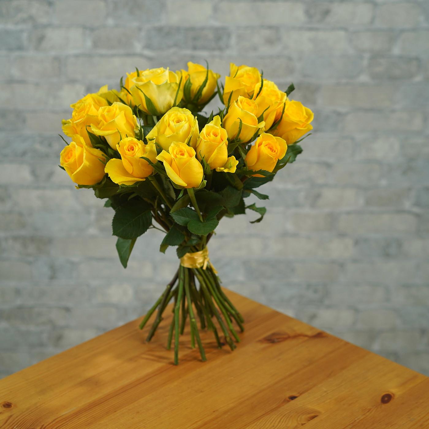 Букет из 21 желтой розы «Звездная Пыль»