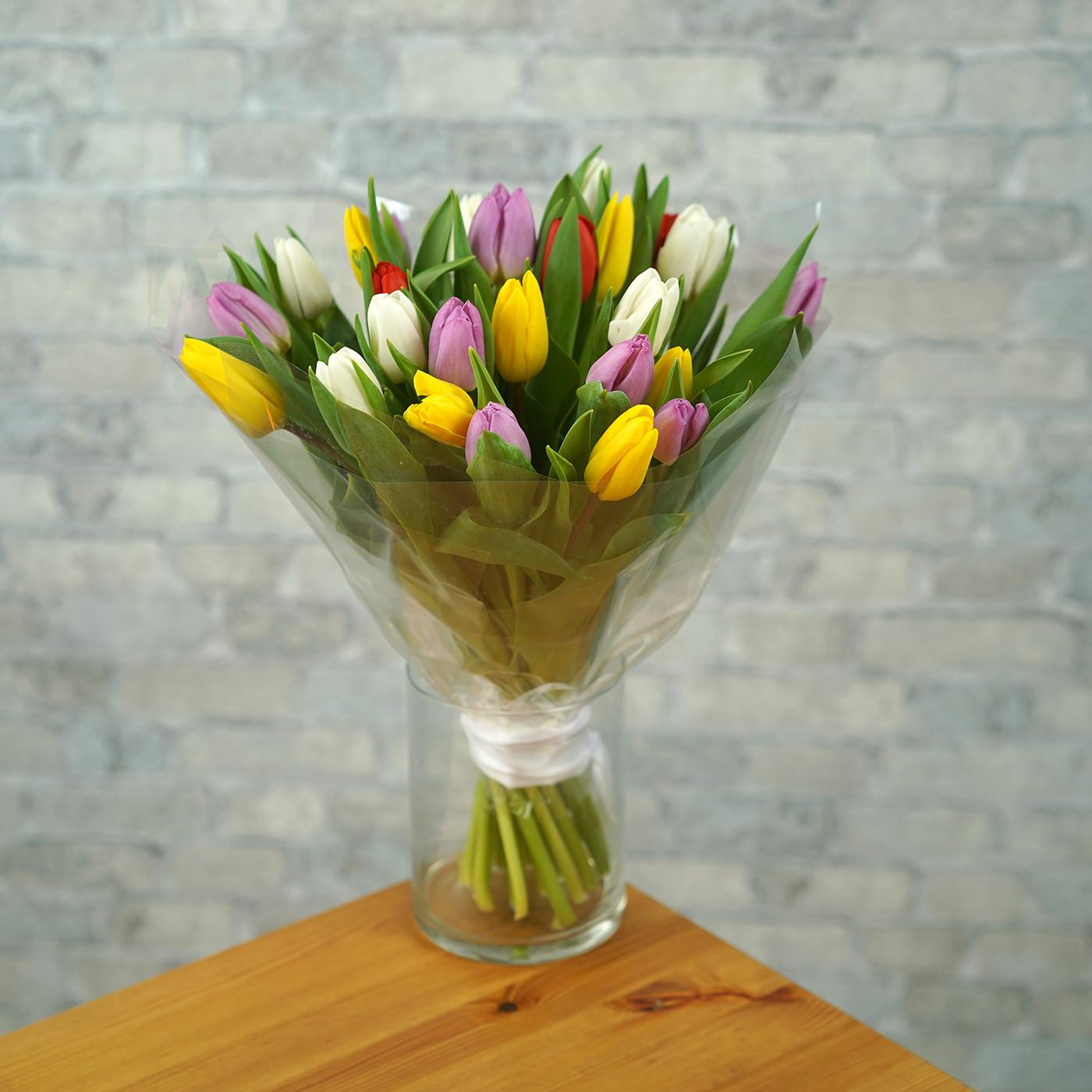 Букет из 35 разноцветных тюльпанов