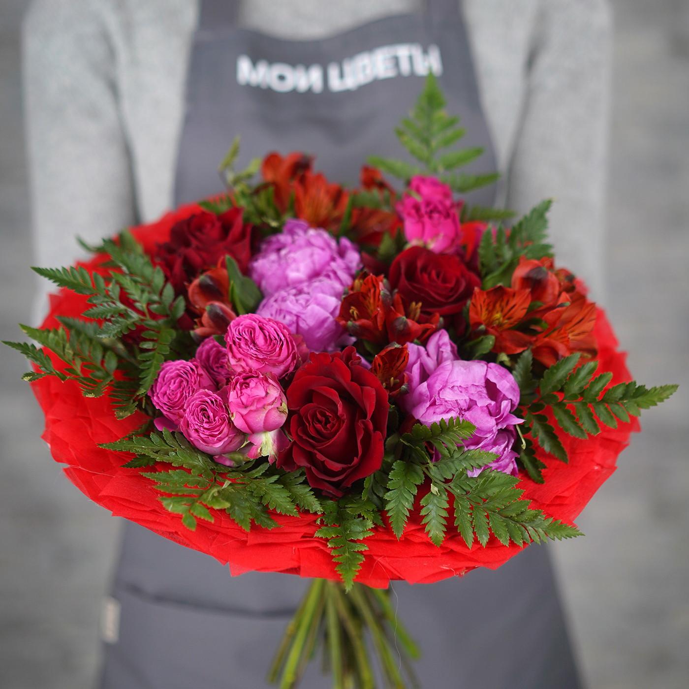 Букет с розой и пионом «Фруктовая ваза»