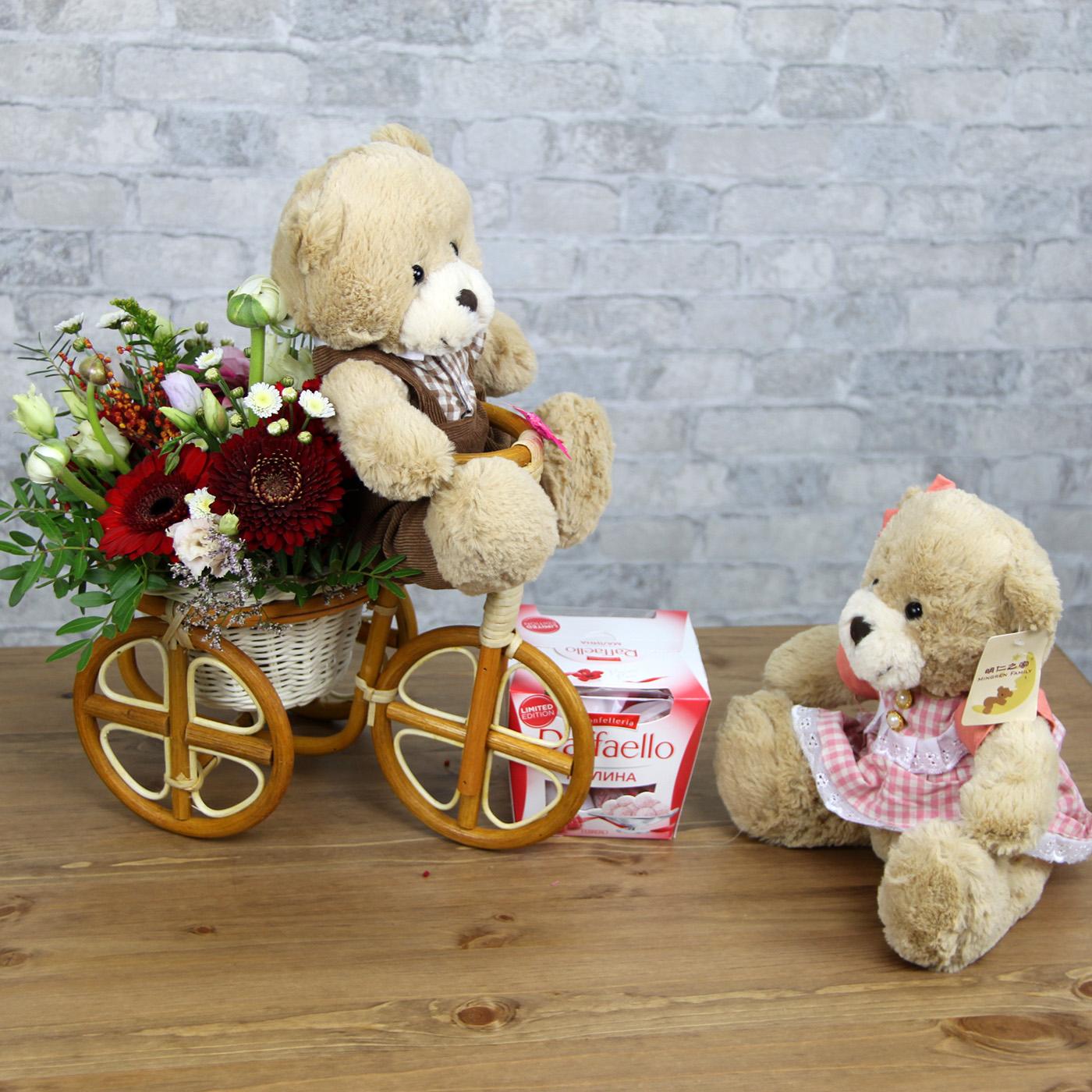 Композиция с цветами и игрушками «Велосипед»