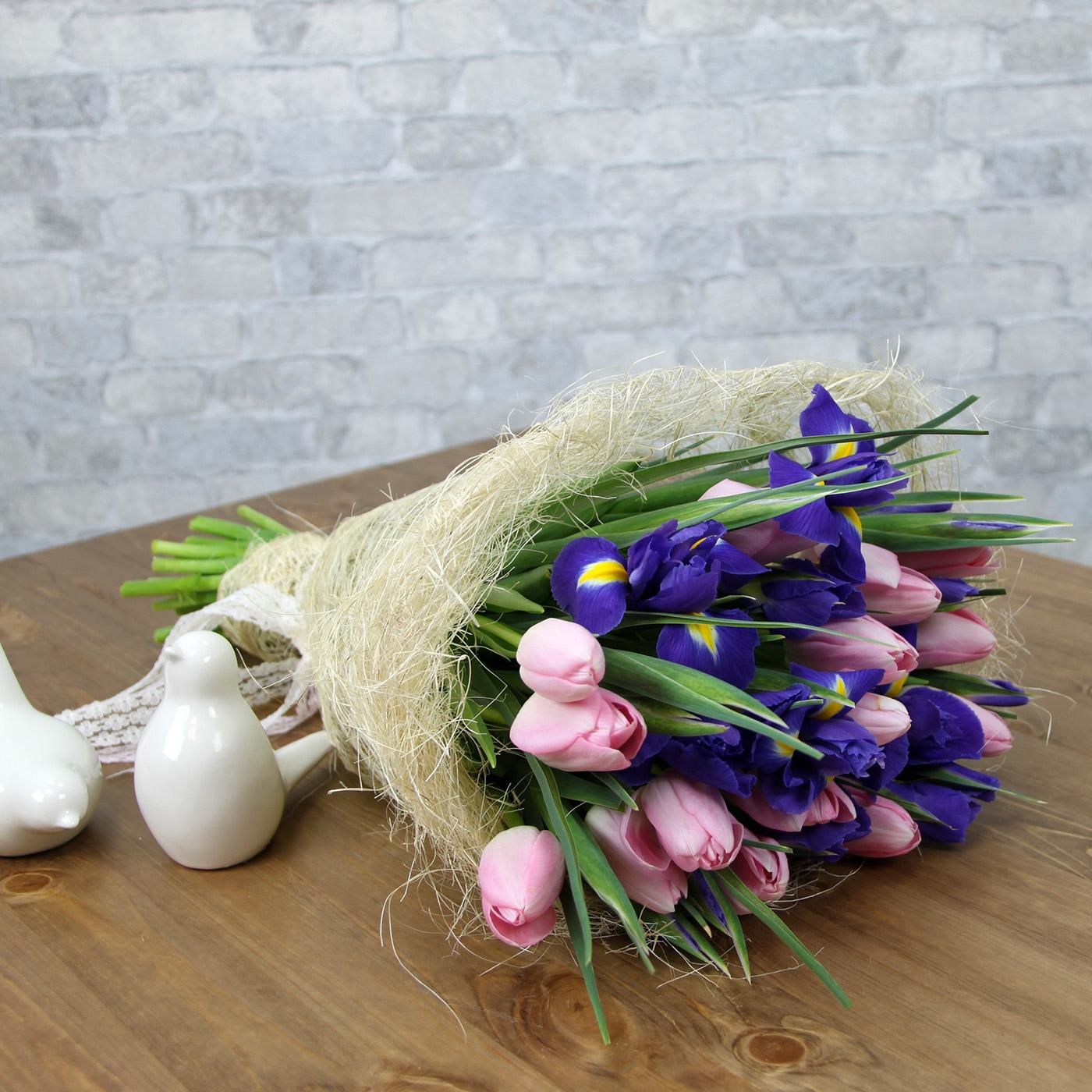 Букет с тюльпаном и ирисом «Гнездышко»