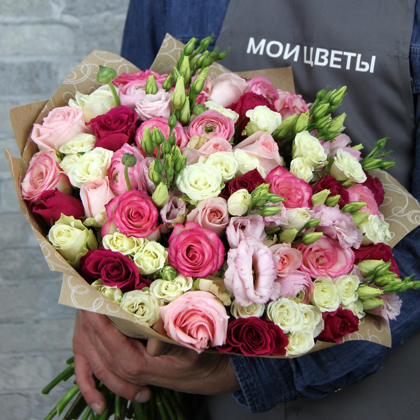 Букет с розой и ранункулюсом «Яркая нежность»